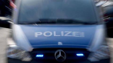Ein Polizeiwagen mit eingeschaltetem Blaulicht