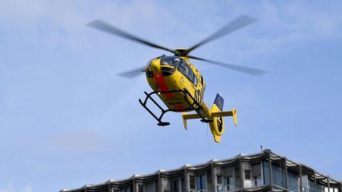 Ein Rettungshubschrauber brachte den verletzten Fahrer nach dem Unfall auf der A45 in eine Klinik