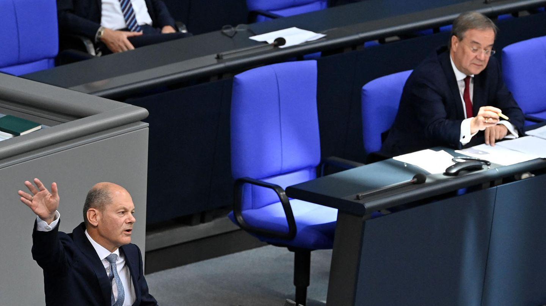 Im Bundestag: Olaf Scholz gestikuliert am Rednerpult, Armin Laschet in der Länderbank