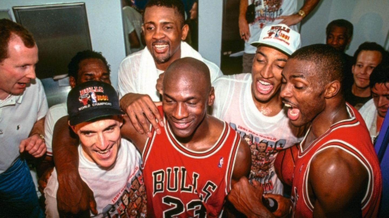 """Top  """"The Last Dance""""(Netflix):Die letzte Meisterschaft der legendären Chicago Bulls - erzählt von Michael Jordan, der dabei im Lehnstuhl sitzt und einen Drink nimmt."""