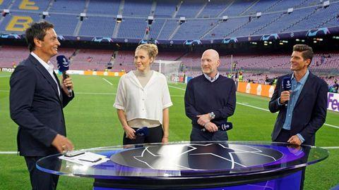 Erster Auftritt: Moderator Sebastian Hellmann (von links) diskutiert mit Kim Kulig, Matthias Sammer und Mario Gomez über das Spiel.