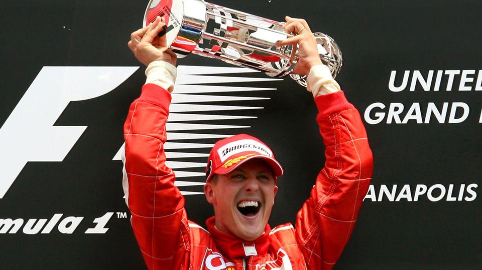 Insgesamt 91 Siege feierte Michael Schumacher in seiner Formel-1-Karriere.Bis zu seinem Karriereende war das absoluter Spitzenwert. Mit einem Sieg in Portugal löste Lewis Hamilton Schumacher im Oktober 2020 an der Spitze ab.