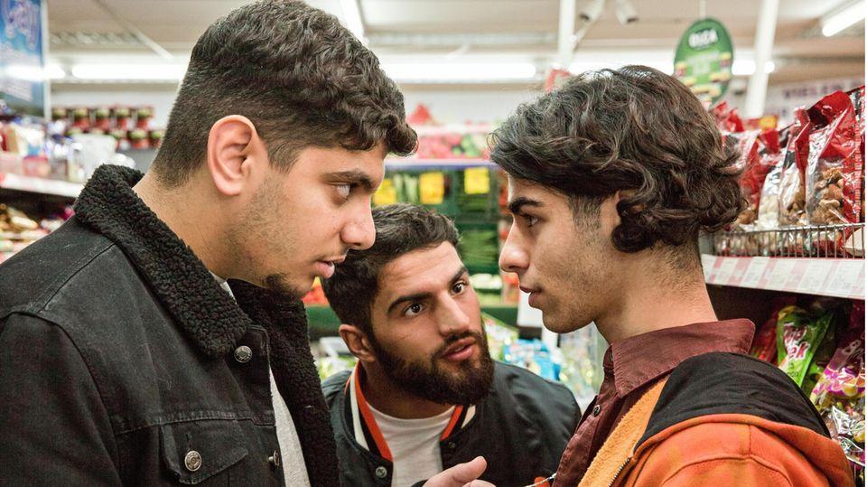 Nachwuchsschauspieler Douhan Kabadayi in der Rolle des Jungen, der über Nacht nur noch Feinde hat