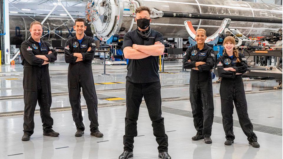 SpaceX Inspiration4: Elon Musk posiert mit der Crew