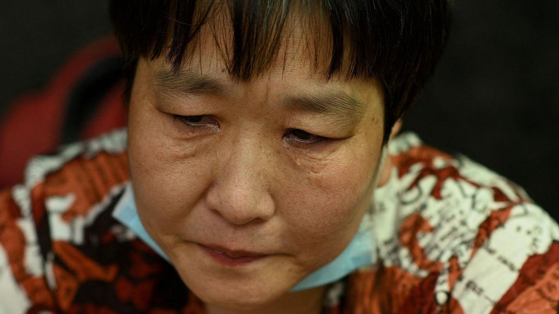 """Shenzhen, China.Eine Frau weint bei einer Versammlung vor der Zentrale des chinesischen Immobilienriesen Evergrande.Der Konzern sagte, er stehe vor """"beispiellosen Schwierigkeiten"""", bestritt jedoch Gerüchte, dass er untergehen werde.Wohnungskäufer, Lieferanten und Handwerker sowie Kleinanleger fürchten dessen Pleite. Evergrande hat Schulden in Höhe von umgerechnet mehr als 260 Milliarden Euro angehäuft.Viele der etwa 60 Demonstranten vor dem Firmensitz in Shenzhen forderten ausstehende Zahlungen.Der Konzern ist in mehr als 280 chinesischen Städten präsent und eines der größten Privatunternehmen in der Volksrepublik."""