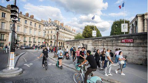 Fahrräder und Fußgänger am Place de la Concorde