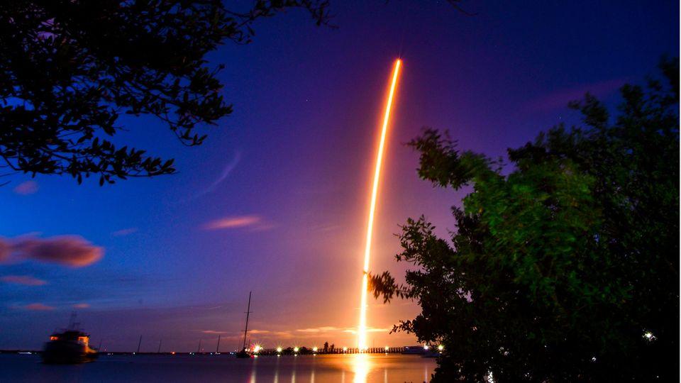 Eine SpaceX Falcon 9 Rakete mit vier Privatpersonen an Bord hebt von der Rampe 39A des Kennedy Space Centers ab
