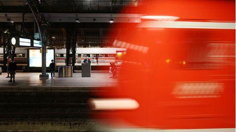Ein Zug fährt in den Hauptbahnhof von Köln