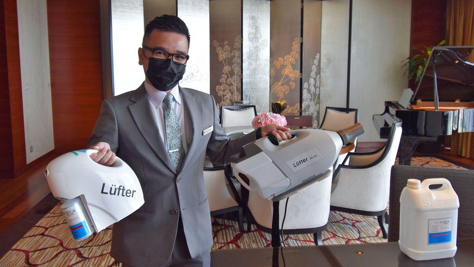 Mithilfe dieser Geräte, dieelektrostatisch geladenen Nebel erzeugen, werden in Singapur Hotelzimmer desinfiziert.