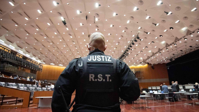 Ein Mitarbeiter der Justiz im Landgericht Braunschweig von hinten fotografiert