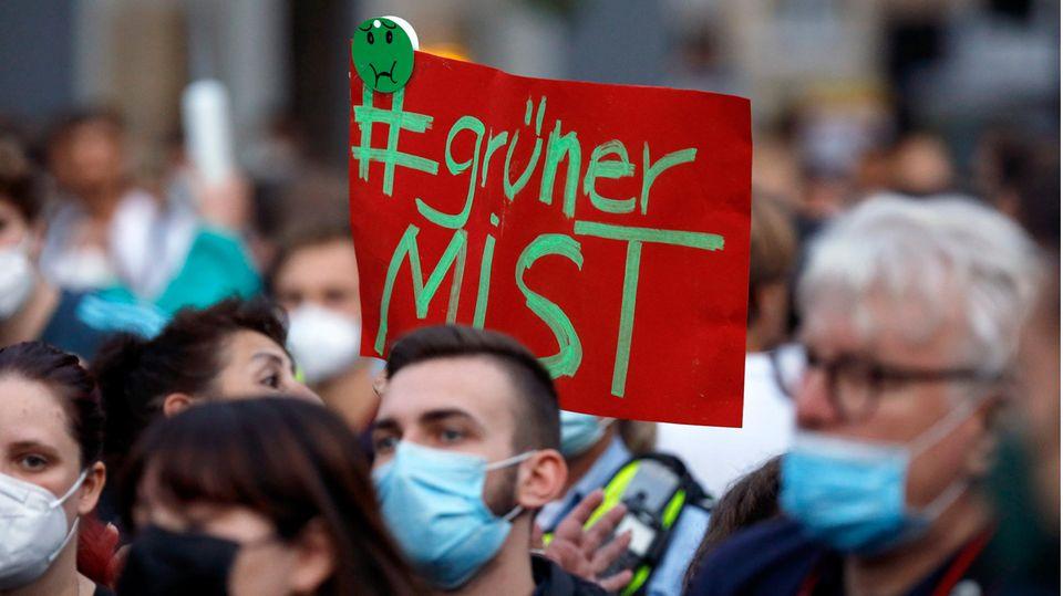 Protest gegen Annalena Baerbock während einer Grünen-Kundgebung