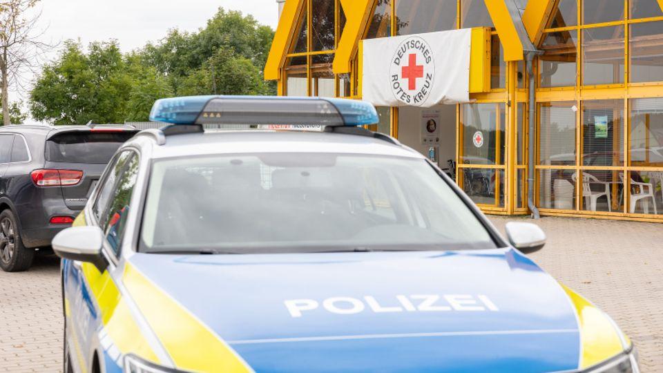 Polizeiauto steht vor dem Eingang des Impfzentrums im sächsischen Treuen