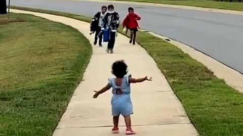 Kleine Schwester umarmt ihr großen Brüder – süße Begrüßung begeistert das Netz