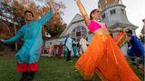 Los Angeles, USA. Mitglieder der Tanzgruppe Blue 13 Dance Company proben für ihren Auftritt bei Shaadi – Hindu für Hochzeit. Dabei handelt es sich um ein Bollywood-Tanzevent im Heritage Square Museum – einem Freilichtmuseum in der kalifornischen Metropole.
