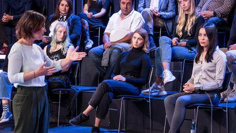 Annalena Baerbock im Zwiegespräch mit einer Fragestellerin, die AfD-Mitglied ist