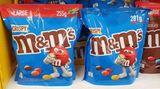 """Von wegen """"Large"""": Hersteller Mars hat die Zahl der M&M's in seinenPackungen reduziert, während der Preis im Handel gleich blieb. Auf den Trick greift Mars regelmäßig zurück: Seit 2007 sind die M&M's laut Verbraucherzentrale so 119 Prozent teurer geworden. Besonders dreist: Die verkleinerten Packungen werden jetztmit dem Zusatz """"Large"""" beworben (wohl, weil es noch kleinere Versionen gibt). Als Grund für die Preiserhöhung nennt Mars den Verzicht auf den künstlichen Farbstoff Titandioxid sowie höhere Kosten in Logistik und Beschaffung. Die Zutaten bleiben jedenfalls unschlagbar billig: M&M's bestehen zu 66 Prozent aus Zucker – das toppt selbst Vollmilchschokolade oder Gummibären deutlich.(September 2021)"""
