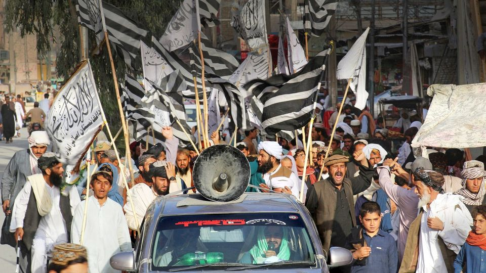 Seit dem Siegeszug der Taliban beherrschen ihre schwarz-weißen Flaggen das Straßenbild