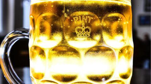 """Ein gefülltes Bierglas mit einer Krone und der Aufschrift """"Pint"""""""