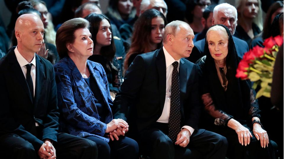 Ihre enge Verbindung zu Putin trägt Valentina Tereschkowa gern zur Schau: Bei derBeerdigung des russischen SängernIosif Kobzon hielt sie die tröstend Hand des Präsidenten.