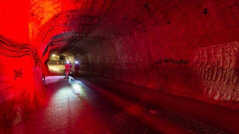 Rotlicht in einem Gang des Erkundungs-Atom-Endlager in Gorleben
