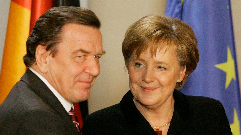Gerhard Schröder übergibt das Kanzleramt an Angela Merkel