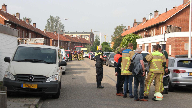 Einsatzkräfte stehen in einer Straße in Almelo