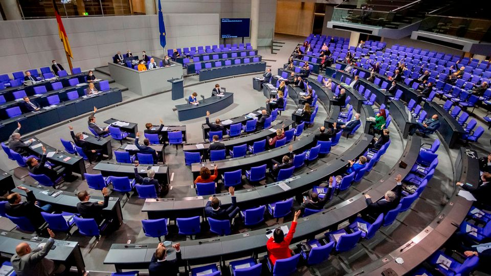 Abgeordnete stimmen im Plenum des Deutschen Bundestages ab