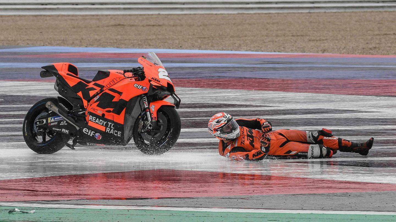 San Marino. BeimMotoGrand Prix auf demMisano World Circuit Marco-Simoncelli ist der spanische MotorradfahrerIker Lecuona auf nasser Fahrbahn ins Schleudern gekommen - und hat Glückim Unglück.