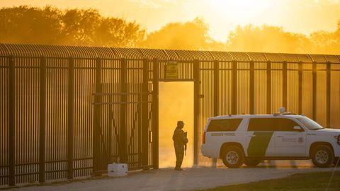 Del Rio, USA.Ein Fahrzeug der Grenzschutztruppen der Vereinigten Staaten kontrolliert am Zaun zu Mexiko. Dieses Tor imBundesstaat Texas ist nur teilweise für den Grenzverkehr geöffnet.