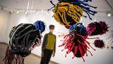 """Bremen, Deutschland.Das Museum für moderne und zeitgenössische Bildhauerei feiert 50-jähriges Jubiläum mit mehreren Ausstellungen unter dem Motto: """"Bildhauerei! Was sonst?"""" Das Foto zeigt das Werk """"Akwete X Catalogue I"""" von Ngozi Schommers."""