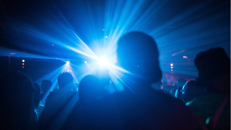 Corona-Ausbruch 2G Münster: Junge Menschen feiern in einem Club