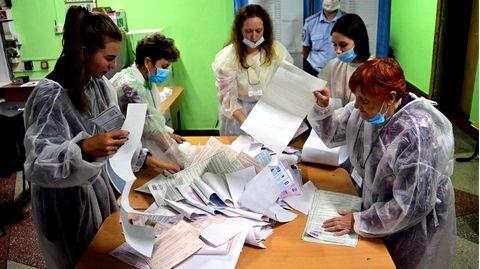 In Wladiwostok werden Wahlzettel ausgezählt. Bei de Duma-Wahl in Russland kommt zu unzähligen Manipulationen.