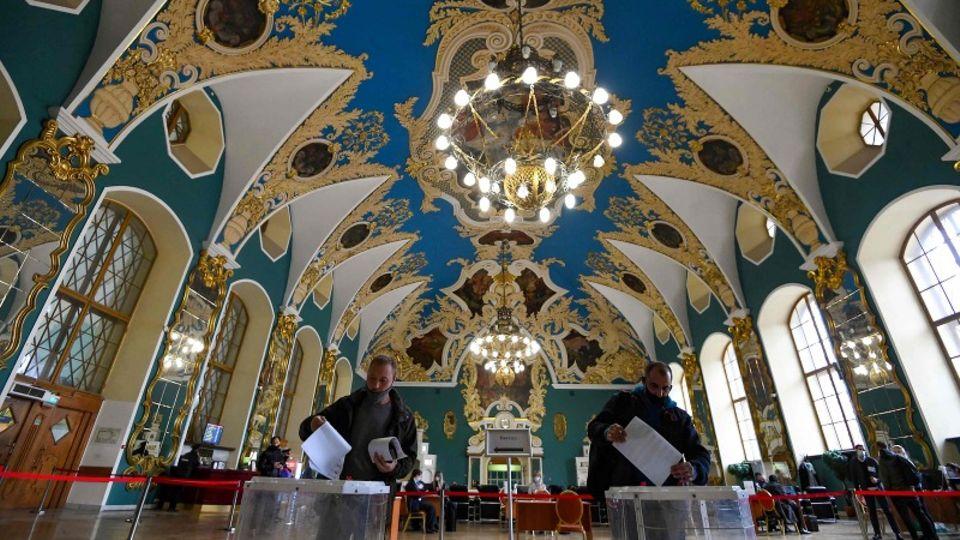 Russland: Am letzten Tag der dreitägigen Parlamentswahlgaben Bürger ihre Stimme in einem Wahllokal an einem Moskauer bahnhof ab. Die Duma-Wahl ist geprägt von unzähligen Manipulationen.
