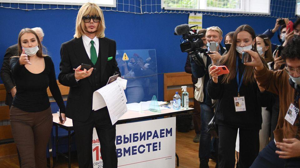 """Russland: Der Hairstylist Sergei Zverev, Kandidat für die Duma derRussischen Ökologischen Partei """"Die Grünen"""", gibt seine Stimme bei den Parlamentswahlen in einem Wahllokal in Moskauab. Die Partei gehört zu der sogenannten System-Opposition und unterstützt die Politik von Wladimir Putin."""