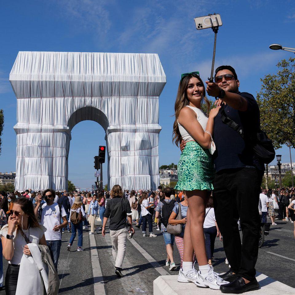 Die Verhüllung des Arc de Triomphe durch Chirsto und Jeanne-
