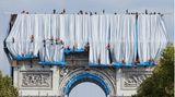 Die Verhüllung des Arc de Triomphe durch Chirsto und Jeanne-Claude