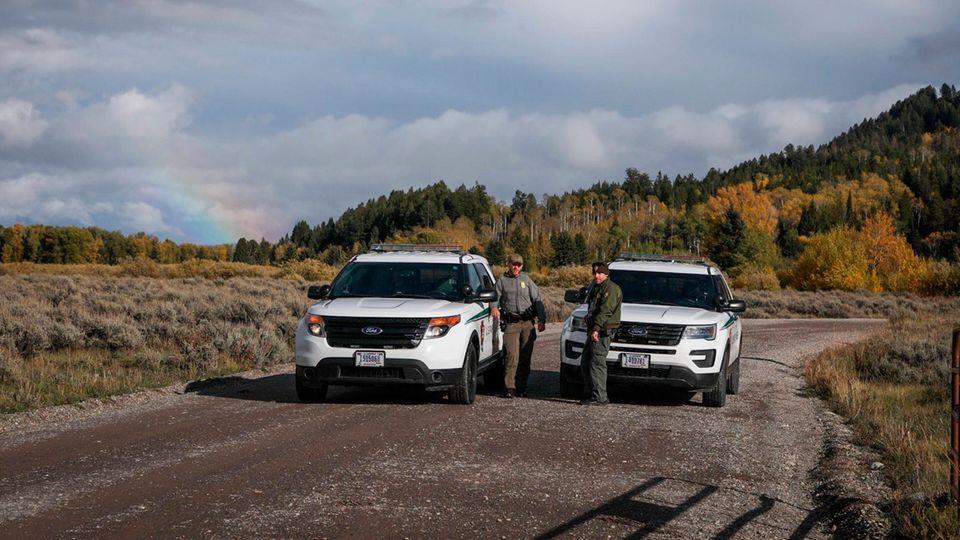 Beamte der U.S. Park Ranger blockieren den Zugang für Fahrzeuge im Spread Creek Gebiet des Bridger-Teton National Forest östlich des Grand Teton National Park am U.S. Highway 89, in Wyoming. Dort wurde eine Leiche gefunden