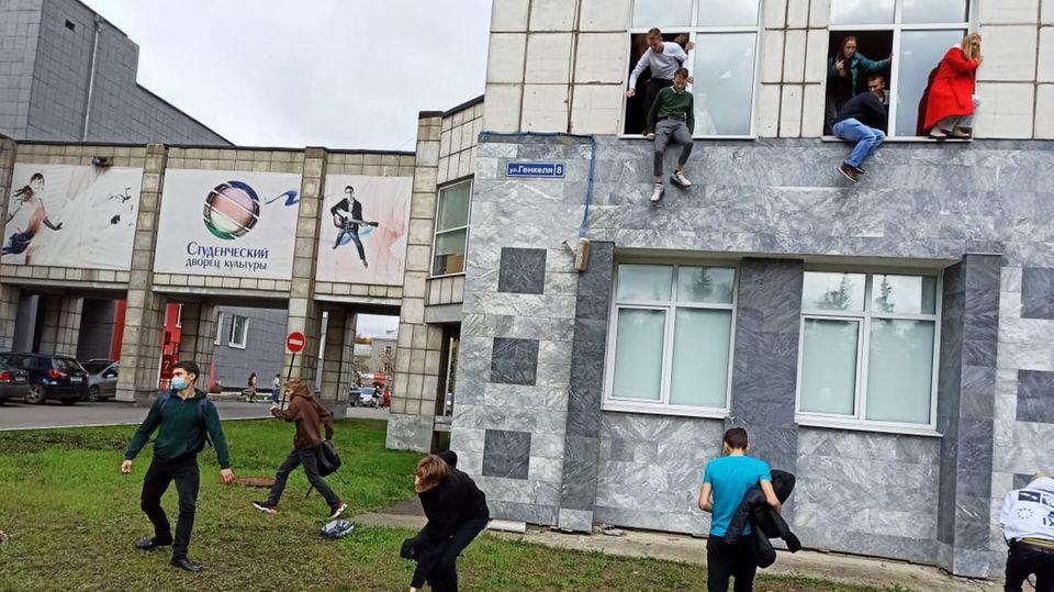 Studenten springen während einer Schießerei aus dem Fenster einer Universität