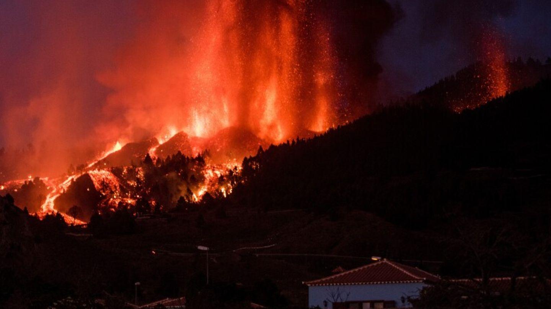 Lava tritt aus dem Vulkan in der Cumbre Vieja auf der kanarischen Insel La Palma aus