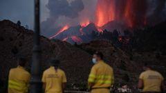 Feuerwehrmänner beobachten den Vulkan Cumbre Vieja