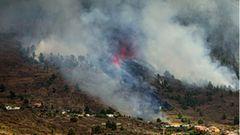 Rauch steigt am Vulkan Cumbre Vieja auf der kanarischen Insel La Palma auf