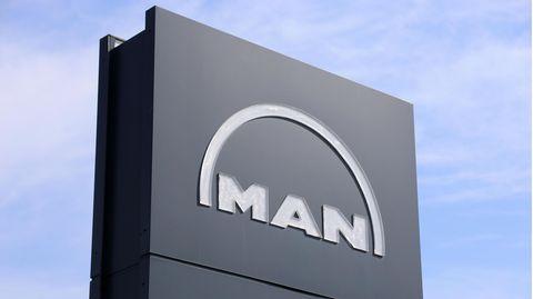 MAN-Logo vor der Firmenzentrale in Kaiserslautern