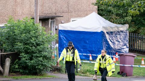 Der Tatort in Killamarsh in der Nähe vonSheffield: Die Polizei hat ein Zelt vor dem Eingang des Hauses aufgebaut