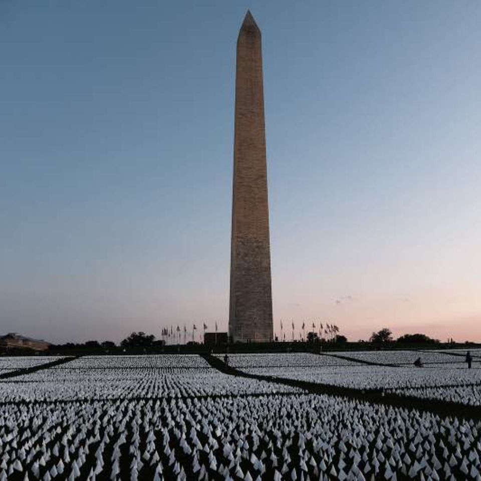 Tausende weiße Flaggen wehen nahe des Washington Monument