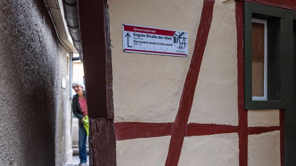 Die Spreuerhofstraße misst an der schmalsten Stelle gerade einmal 30 Zentimeter.