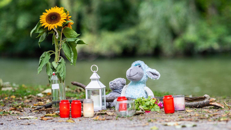 Kerzen und zwei Stofftiere liegen am Leichenfundort in Hamm.