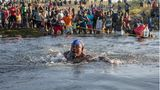 Schwimmend durchquert dieser haitianische Flüchtlinge den Rio Grande in Richtung Mexiko
