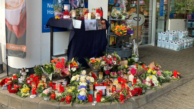 Blumen und Kerzen sind vor der Tankstelle in Idar-Oberstein aufgestellt