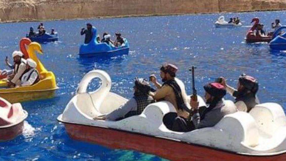 Afghanistan: Taliban-Kämpfer vergnügen sich in Bamyan auf Tretbooten auf einem See.