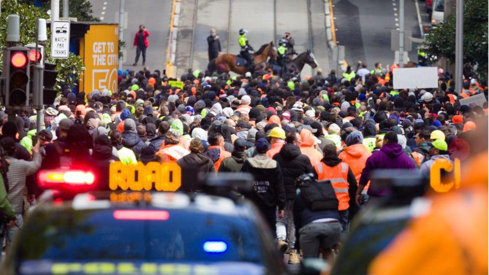 Australien, Melbourne: Demonstranten der Gewerkschaft CFMEU demonstrieren in den Straßen von Melbourne